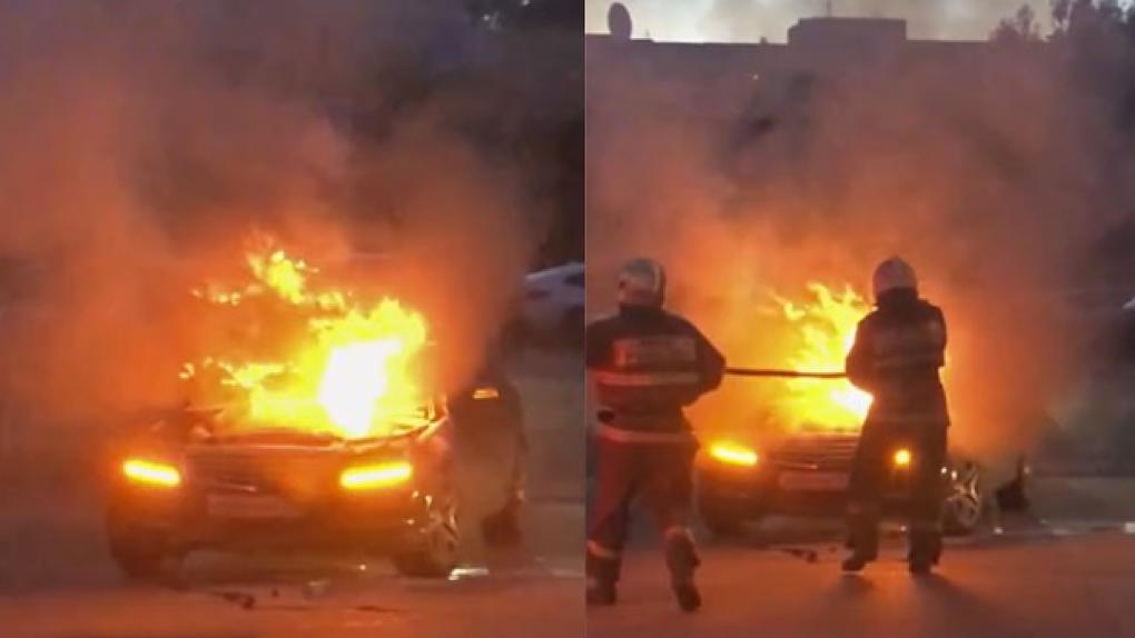 Автомобиль сгорел в центре Новосибирска на глазах владельцев