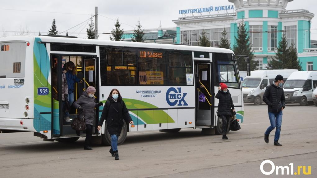 Пассажиры делятся масками. Кондуктор рассказала о дезинфекции автобусов и «масочном» режиме в Омске