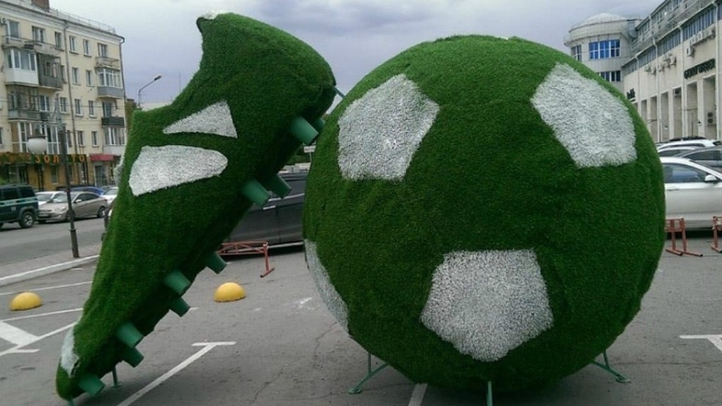 В Омске у «Каскада» появился гигантский бутс и мяч
