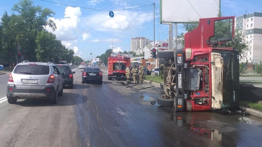 Его подрезали: в Новосибирске грузовик перевернулся на бок