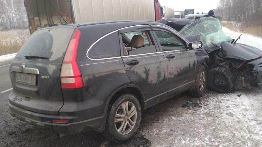 На трассе Тюмень – Омск внедорожник всмятку раздавил иномарку. Погибли люди.