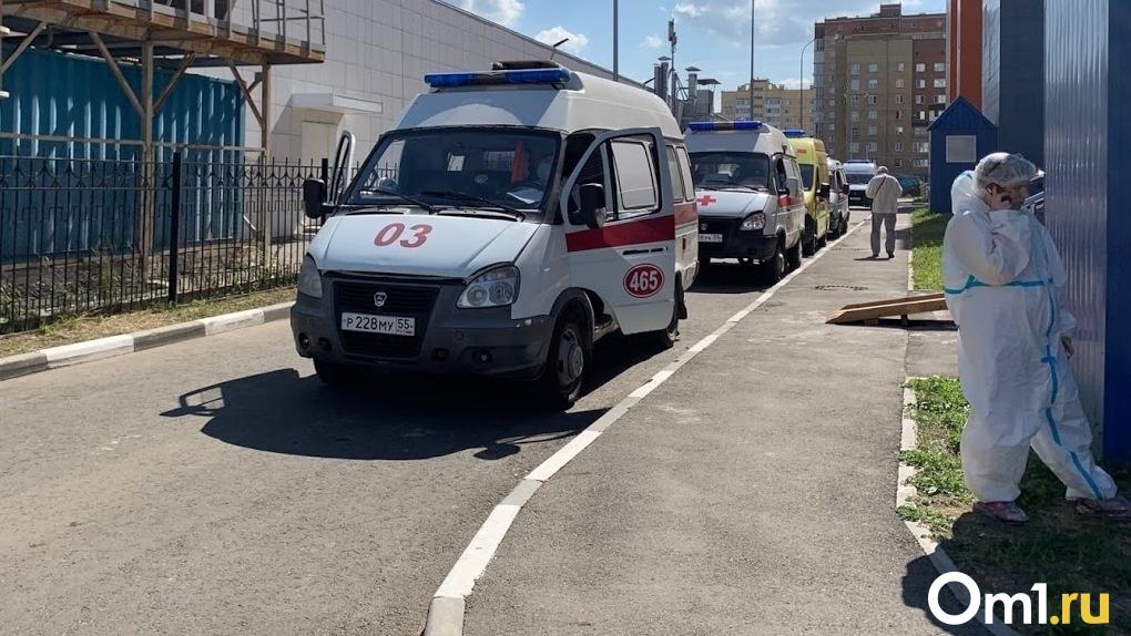 «В машине по двенадцать человек»: работник скорой рассказал о новой проблеме с очередями на МСКТ в Омске