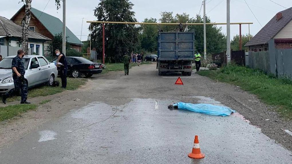 Под Новосибирском мусоровоз насмерть переехал женщину