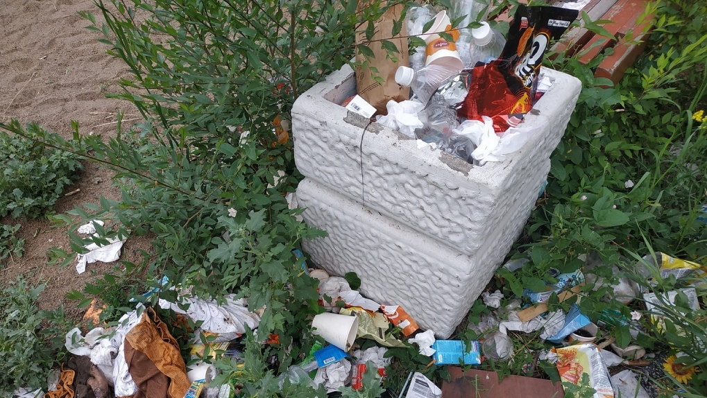 Омич пожаловался, что его детям приходится играть в мусоре