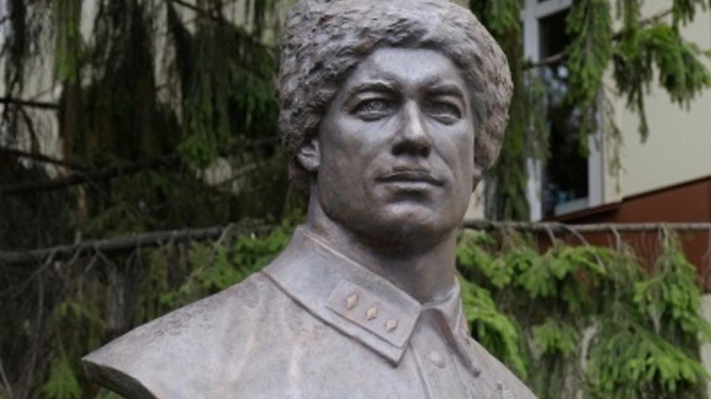 Памятник легендарному герою восстановили в Новосибирске