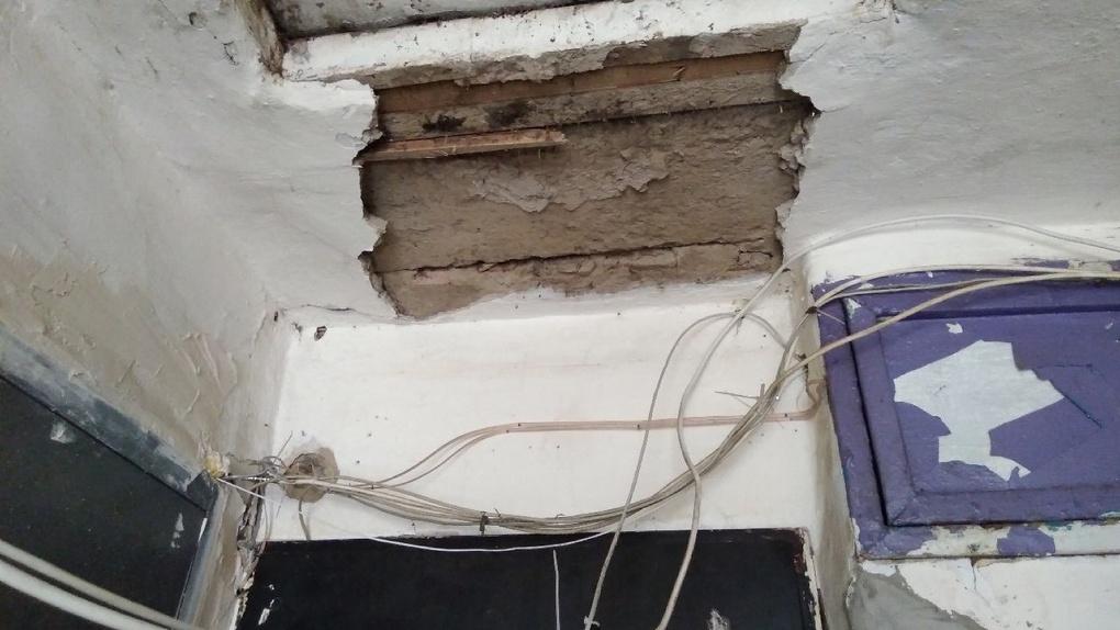 Омичи пожаловались на обвалившийся в подъезде потолок
