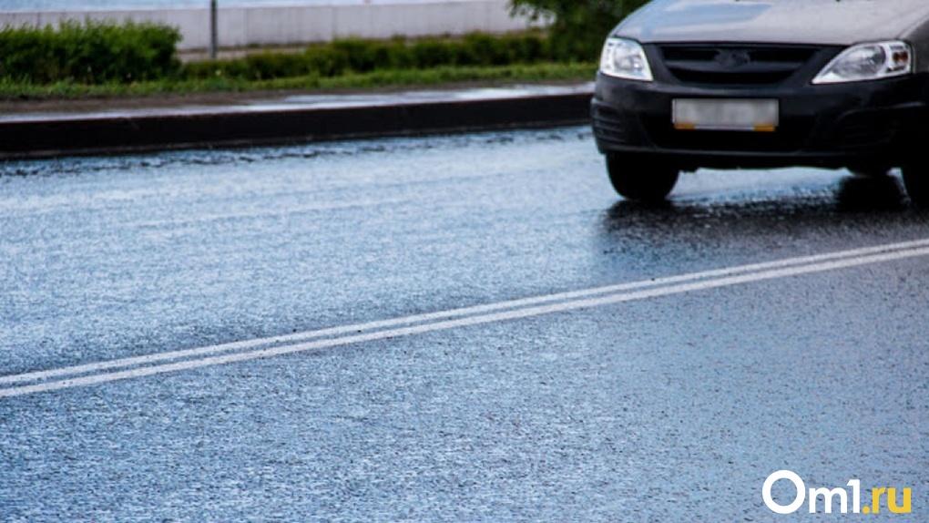 «Глубина больше метра». В центре Омска начала проваливаться дорога