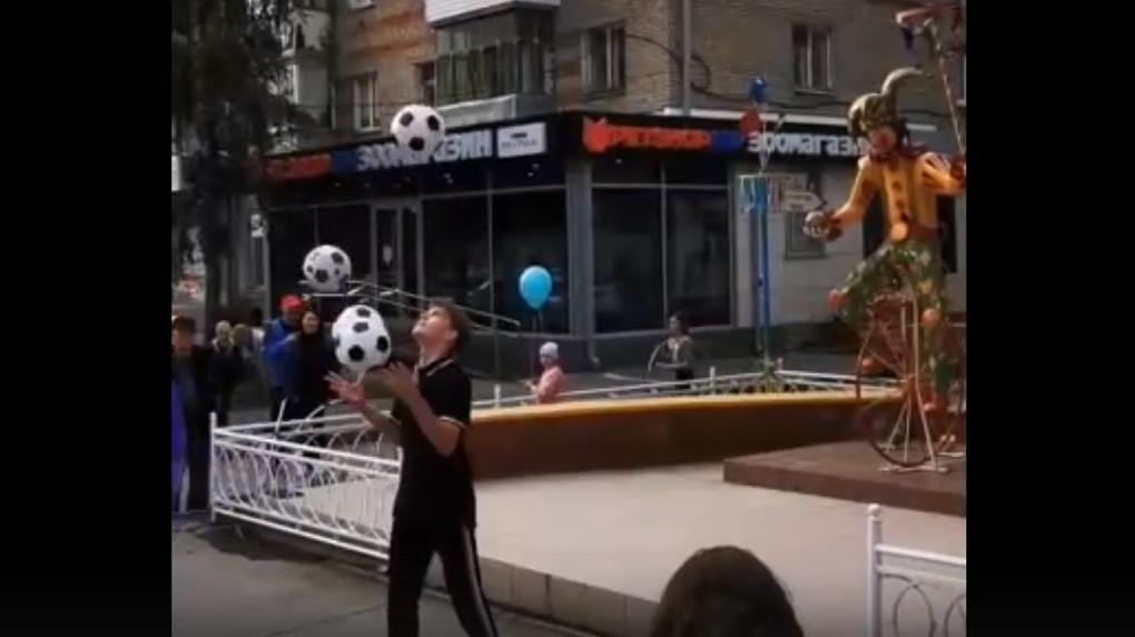 Бог меча: новосибирцев удивил необычный жонглёр