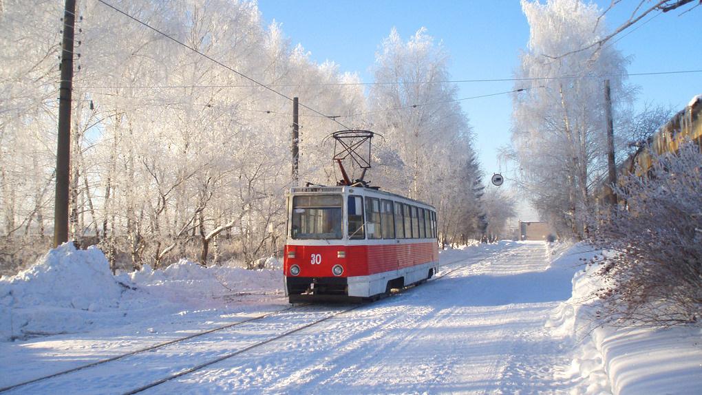 Из-за снегопадов в Омске срочно принялись чистить трамвайные пути