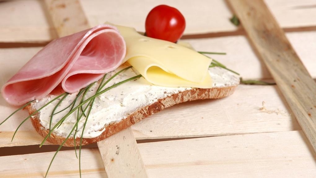 В Омске стремительно подешевели колбаса и масло