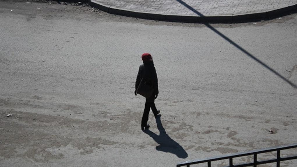Омичи пожаловались на потенциальную разносчицу COVID-19, которая гуляет по улицам без маски