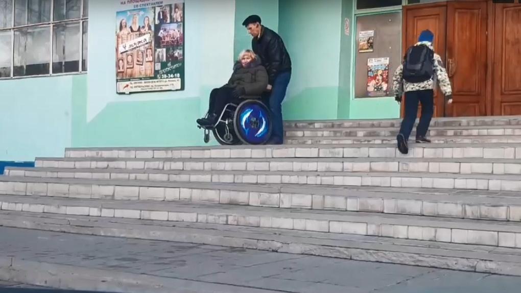 Омские танцоры на колясках поднимаются на занятия по лестнице без пандуса (ВИДЕО)