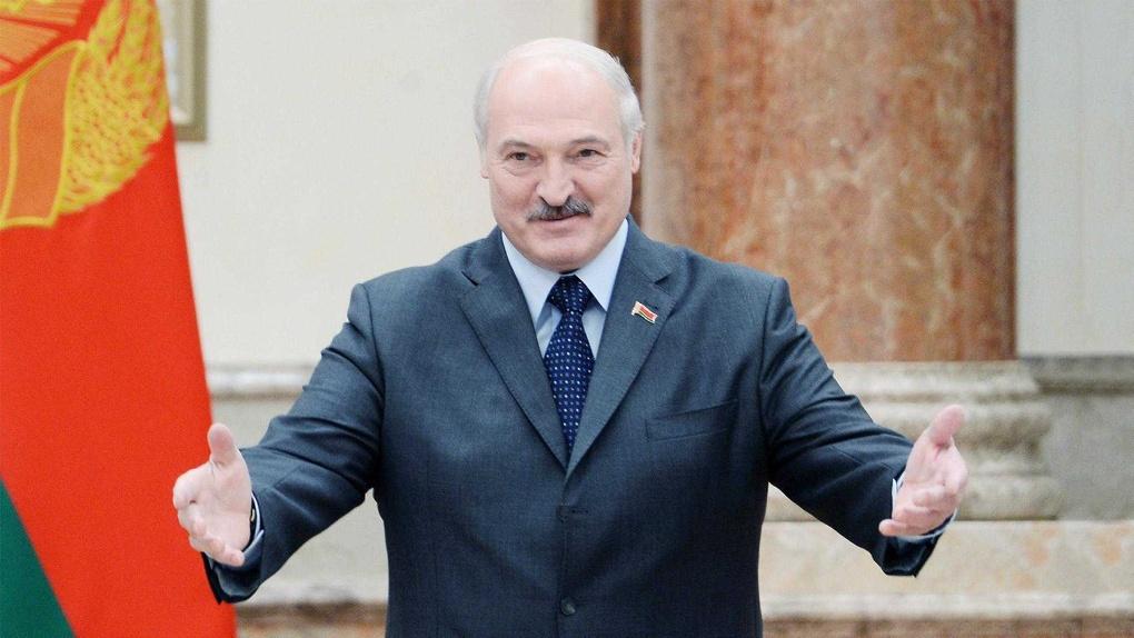 Лукашенко с автоматом, военные и граждане с двумя флагами. Как прошёл протест в Беларуси