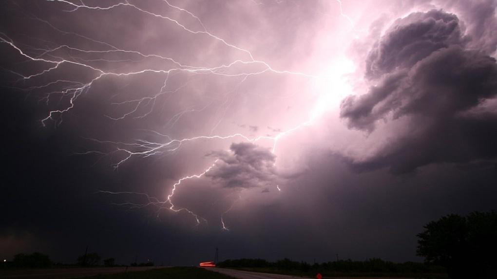 На Омскую область надвигается штормовой ветер, дожди и град