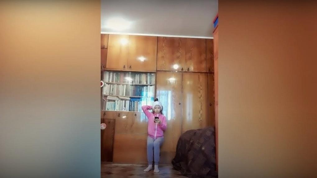 Новосибирская школьница учит полицейских гимнастике по интернету