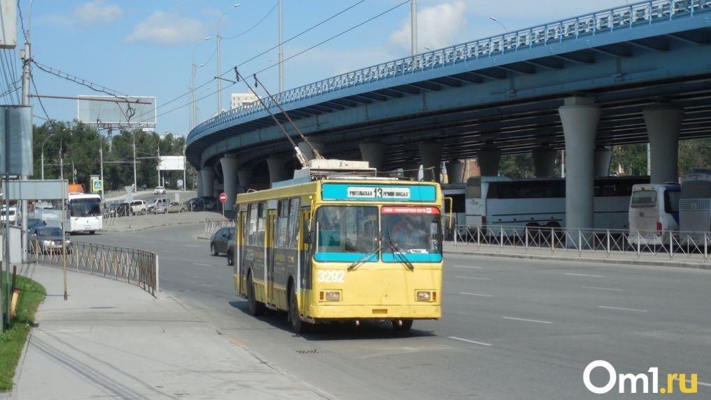 Жители в ужасе: в Новосибирск привезли ржавые троллейбусы из Твери