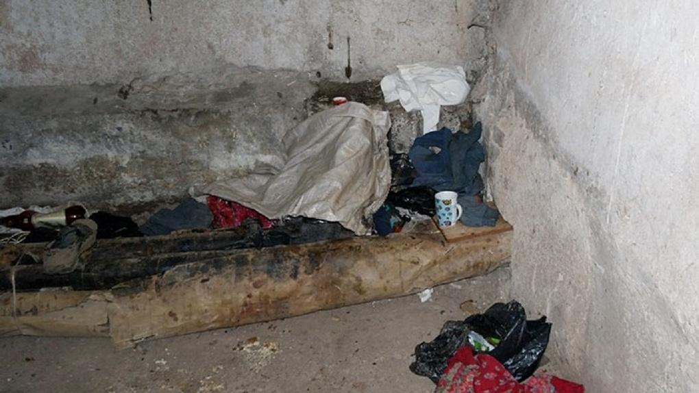 В Омске двое бомжей целые сутки насиловали женщину в заброшенном доме и тушили о её тело сигареты