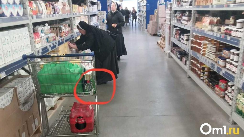 В новосибирском гипермаркете заметили монахинь, покупающих пиво