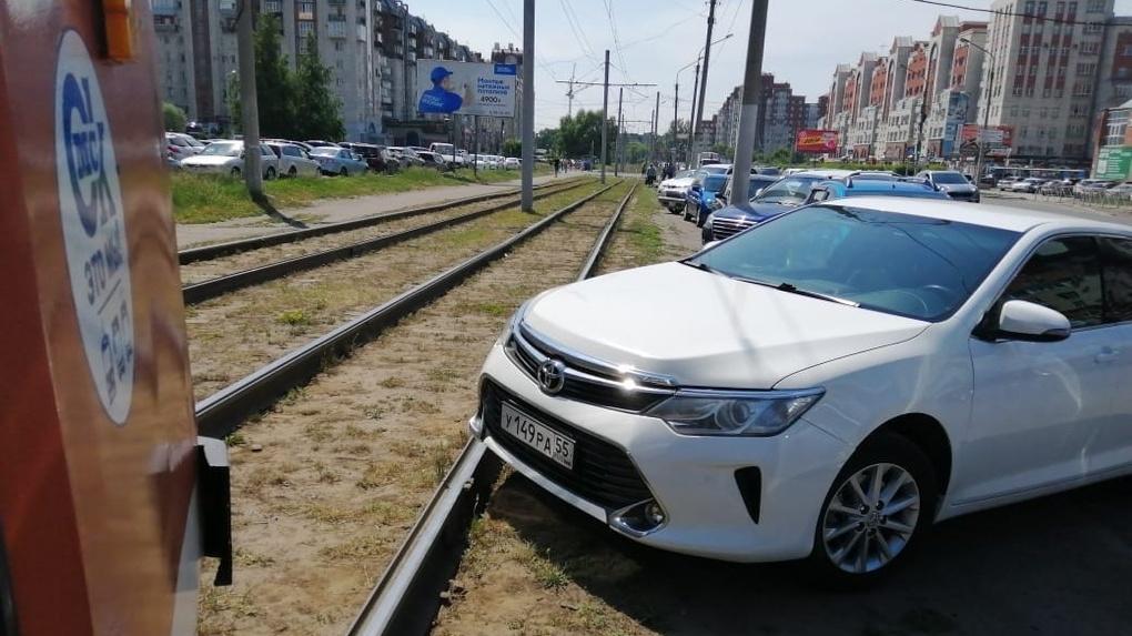 Омская автоледи получила сумкой по голове от пассажирки трамвая