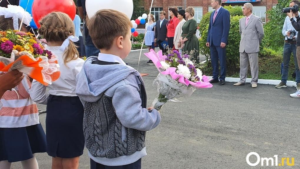«Мне страшно идти в школу». Омские школьники устроили пикет против одноклассника-задиры
