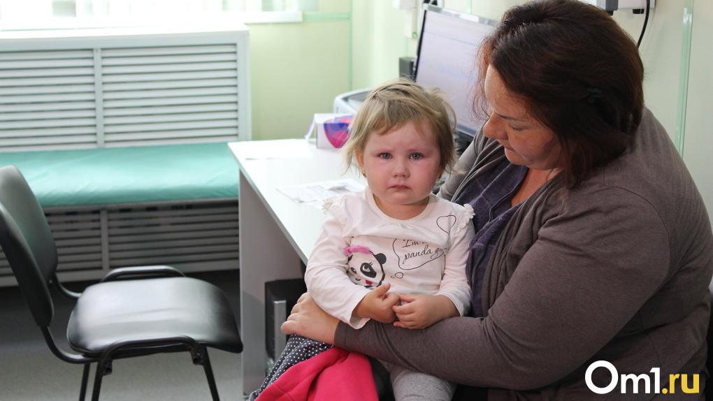 Опираются на сетку и падают из окон: 10 трогательных снимков из новосибирской детской больницы