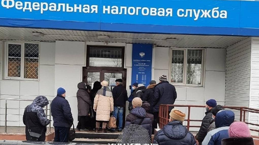 «Как селёдка в бочке»: новосибирцы жалуются на огромные очереди на холоде перед зданием налоговой