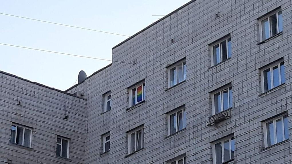 «Законом не запрещено»: в новосибирском университете защитили студентов с ЛГБТ-флагом в комнате