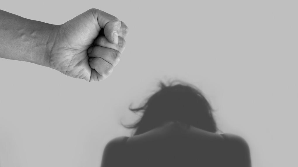 Ударил и потащил за волосы. Изнасиловавший подростка полицейский издевался и над учительницей