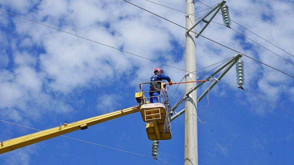 Более 30 объектов связи и насосная станция водозабора присоединены к электрическим сетям в Омской области