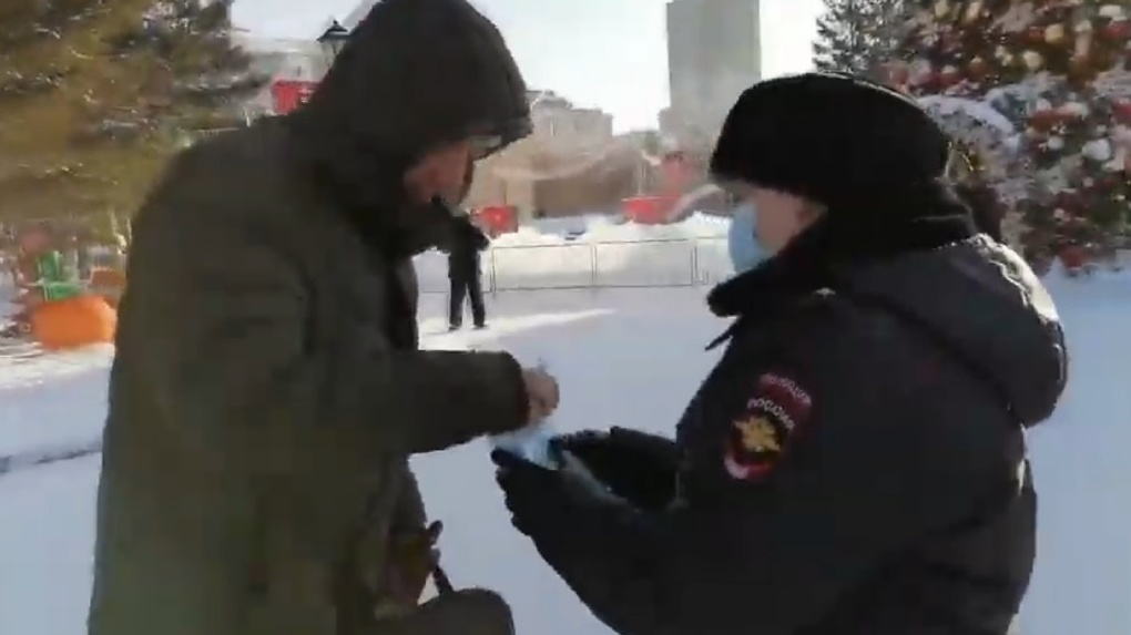 Полиция раздавала маски участникам незаконного митинга в центре Новосибирска
