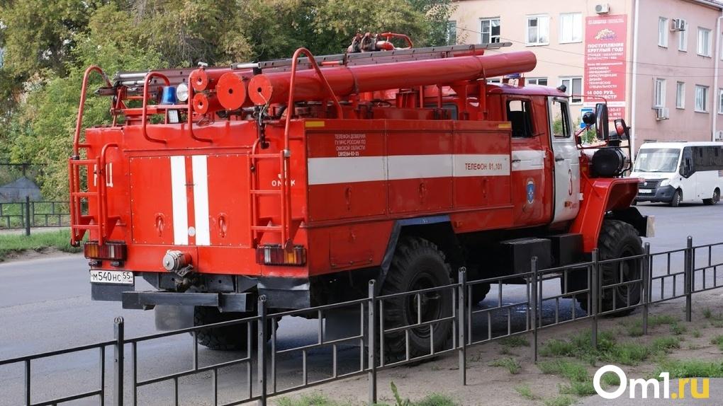 В Омске загорелась многоэтажка – высота пламени достигала 15 метров
