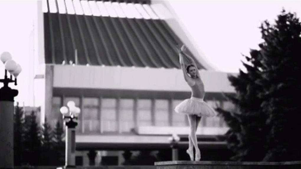 Омская балерина станцевала на улице на фоне театра