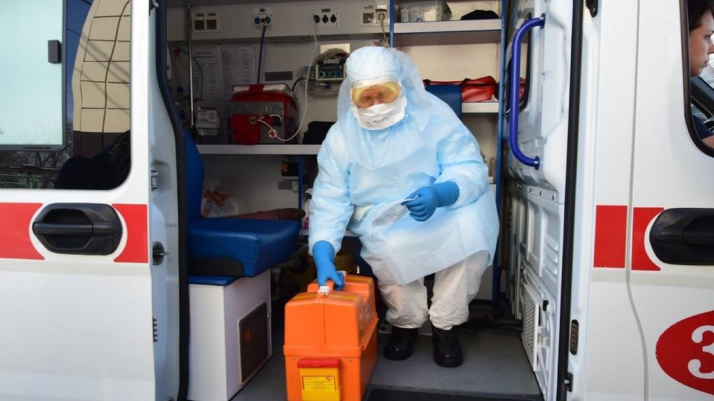 В Омске на улице Жукова последствия аварии разбирали медики в противочумных костюмах