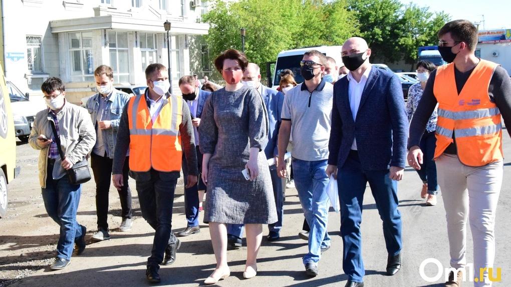 Дорожка здоровья и семиметровая ель: мэр Омска посетила шесть дорог и сквер, где сейчас проводят ремонт